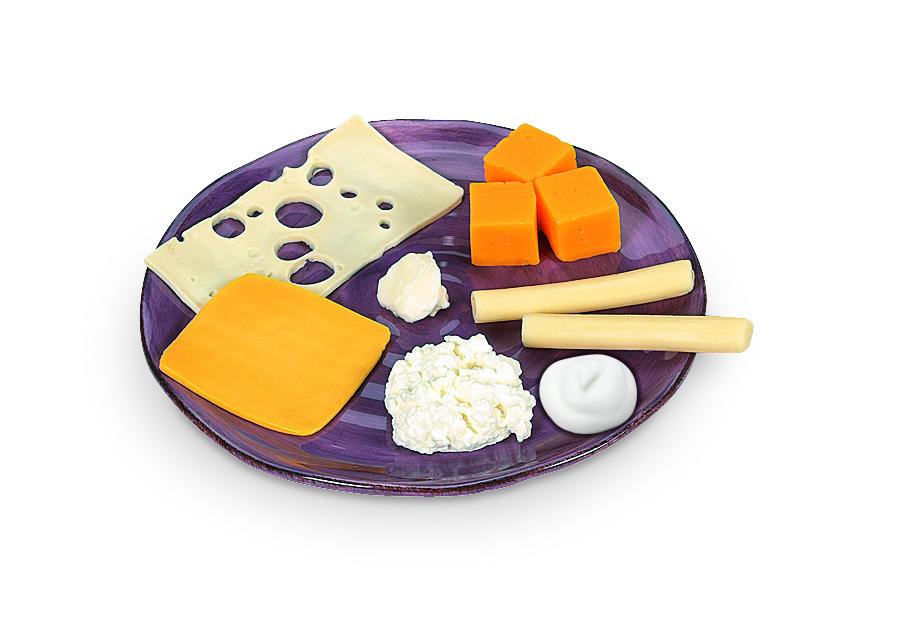 Plato con diferentes quesos en réplicas de alimentos Nasco