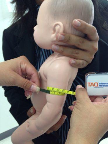 Simulación en nutrición maniquie pediatrico y cinta TAQ