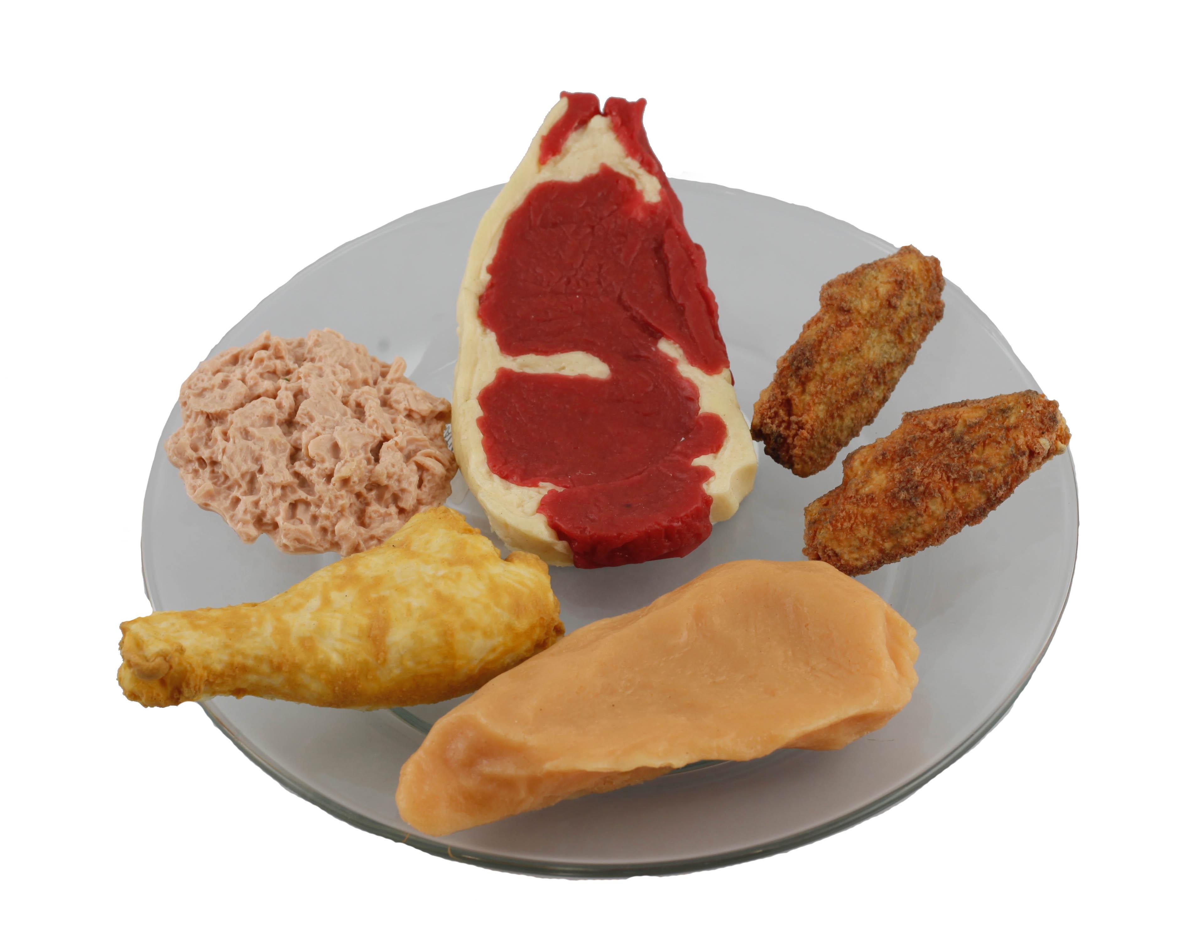 Plato con réplicas de alimentos de origen animal
