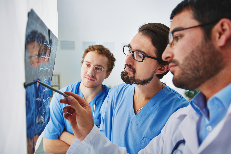 Radiologos revisando placas de rayos X Carestream TAQ Sistemas Médicos