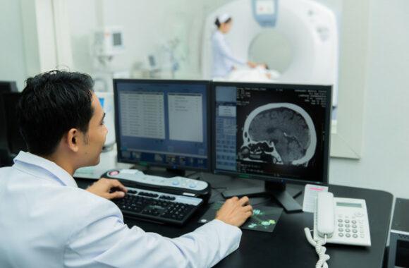 cientifico-escaneando-cerebros- imagenología oncología taq sistemas medicos rayos x para hospitales