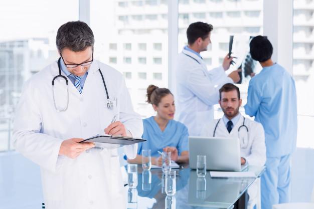 Doctores de imagenología con placas radiográficas